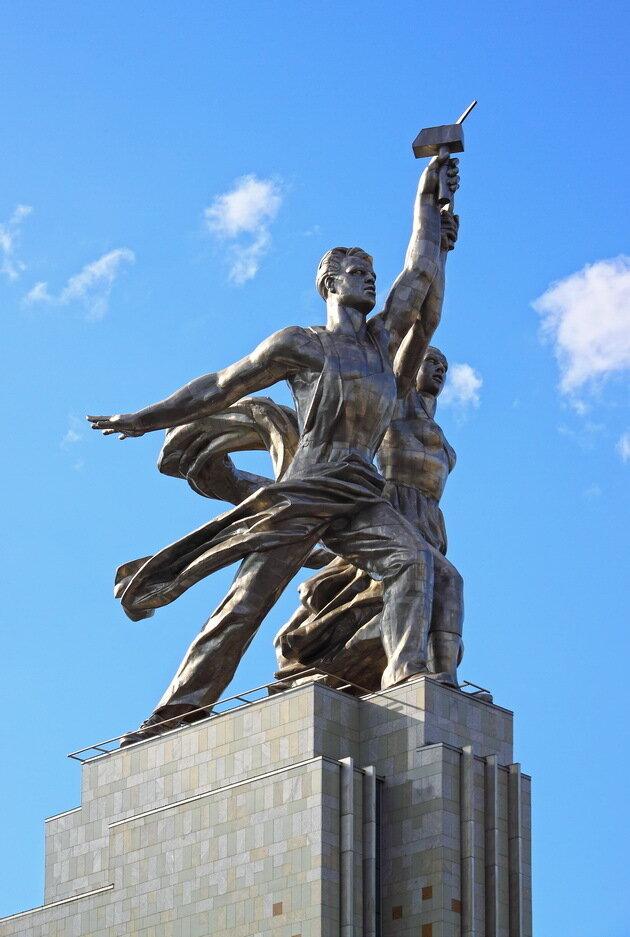 Скульптурная композиция Рабочий и Колхозница
