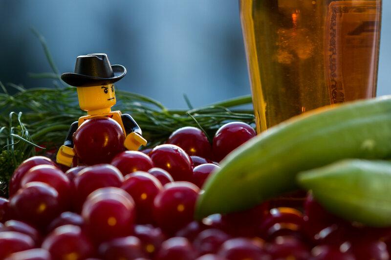 Лего человек с вишенкой, в ожидании идеи