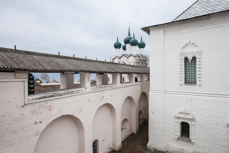 Крытый переход южной крепостной стены, церковь Григория Богослова и Красные палаты. Ростовский кремль.