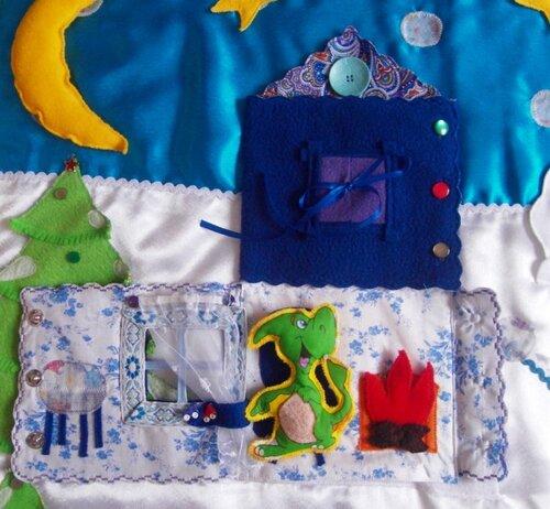 Развивающий коврик Семьландия... Волшебный домик... стол, камин, окно