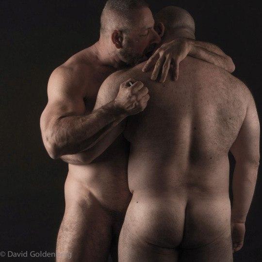 толстяки обнимаются