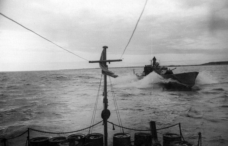 Речные бронекатера Ладожской военной флотилии на переходе по Ладожскому озеру