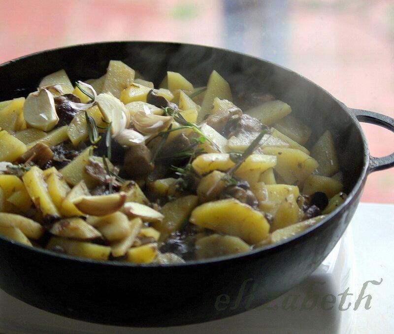 Свежие грибы с картошкой жареные