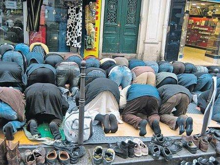 С молитвами на улицах необходимо покончить