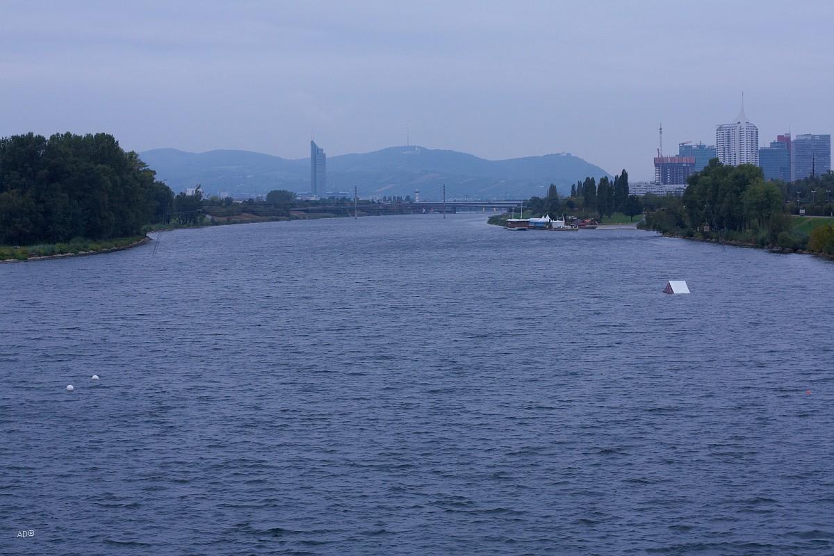 Вид с плотины у моста Донауштадтбрюке (Дунайский городской мост) в сторону моста Райхсбрюкe, самого известного моста Вены