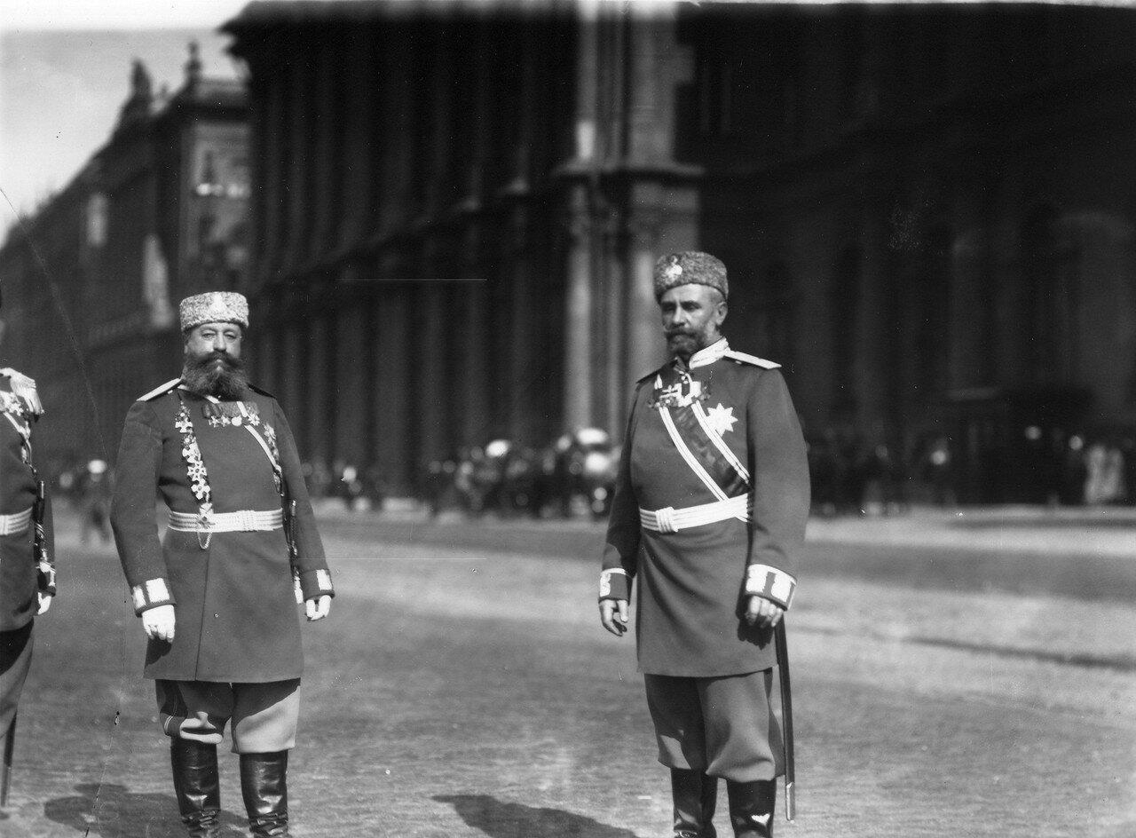 Группа генералов свиты на набережной Невы у Зимнего дворца в день открытия Первой Государственной думы