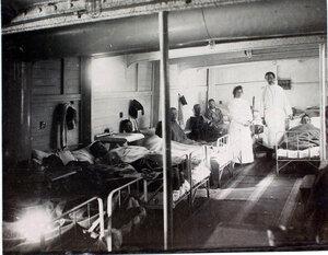 Врач и сестра милосердия в палате № 3 у постелей больных.