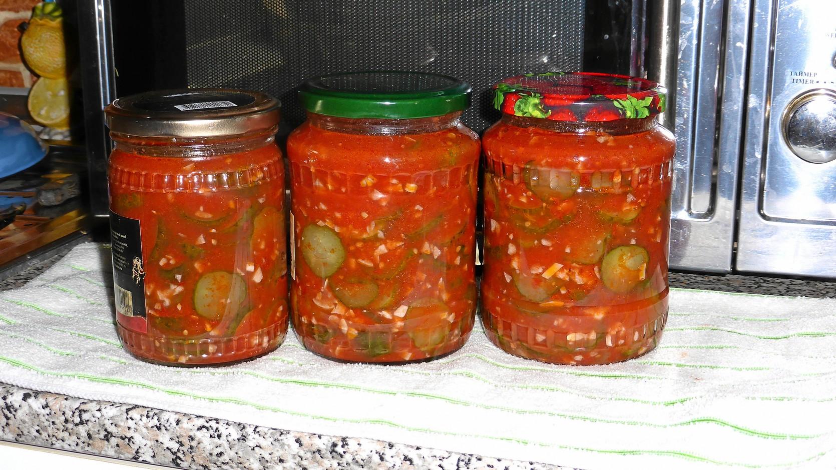 Одним из таких рецептов мы и воспользуемся, приготовив огурцы в томатной заливке на зиму.