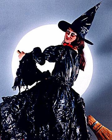 Костюм ведьмочки из черных полиэтиленовых пакетов