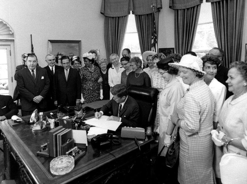 Президент Джон Кеннеди подписывает Акт о равной оплате 10 июня 1963 г.