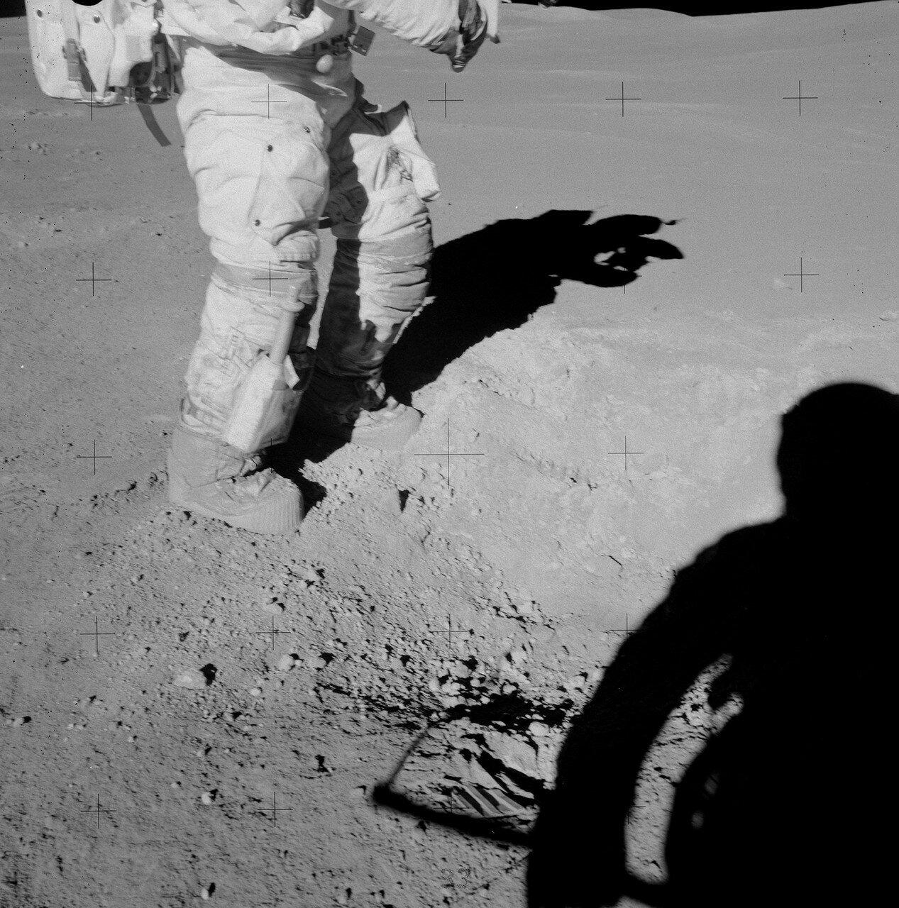 Работая у кратера Плам, Дьюк заметил, что под тонким слоем серого реголита, глубже 1 см, лежит грунт белого цвета. На снимке: Янг ногами разгрёб поверхностный слой серого реголита, под которым виден белый грунт
