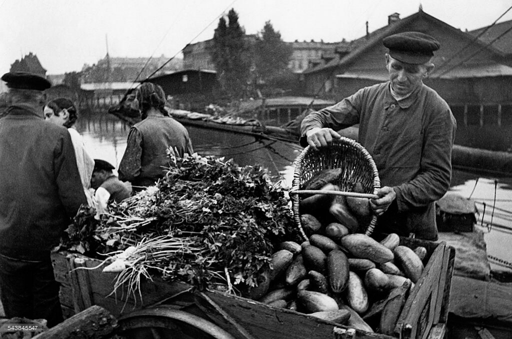Торговля овощами фермерами с лодок на Преголе 1936f.jpg