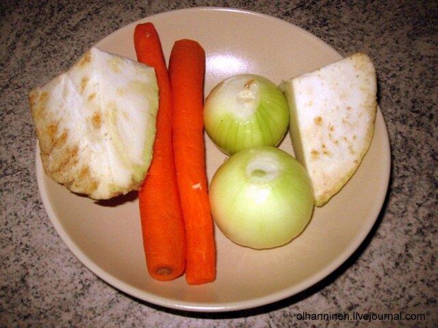 Сняв пену, в бульон бросаем 1 морковь, 1 луковицу и 50 гр. корня сельдерея целиком