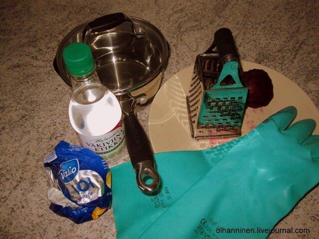 В кастрюльку бросаем свеклу, кладем столовую ложку масла, заливаем ложку уксуса и добавляем чайную ложечку сахара
