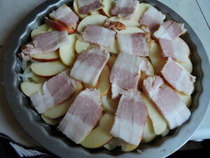 Сытная запеканка из картофеля, грудинки, яблок и лука