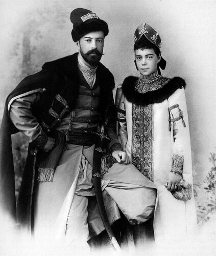 Супруги - Великий князь Александр Михайлович и Великая княжна Ксения Александровна, дочь Императора Александра Третьего, - на балу