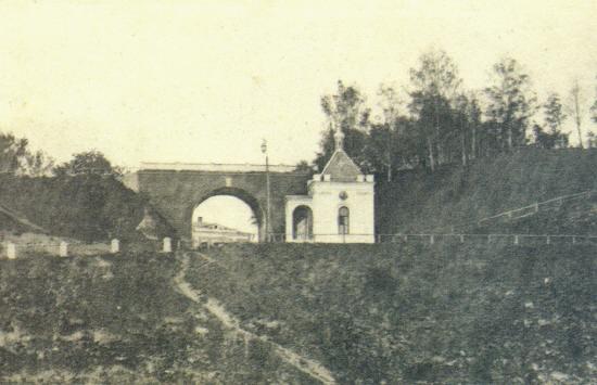 Иверская часовня стоящая на набережной Кн.Федоровской стороны была приписана к Успенскому собору. Часовню разрушили в 1957 году.jpg