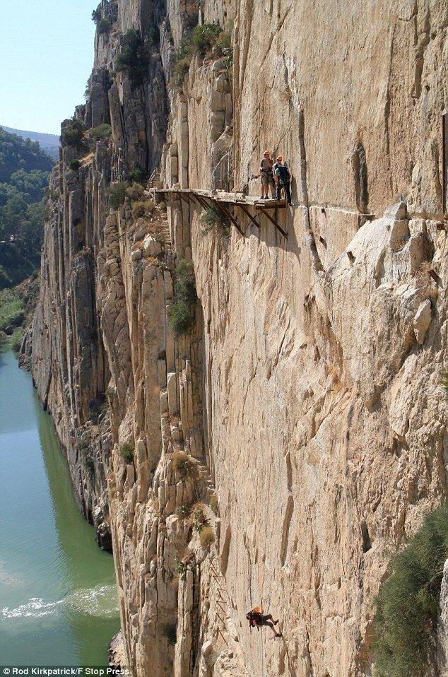 Проходит эта тропа вдоль ущелья El Chorro в Испании, недалеко от Alora, деревенька вблизи Малаги.