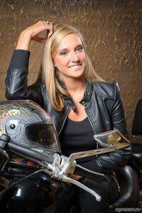 Девушка на мотоцикле (блондинка, мотоцикл)