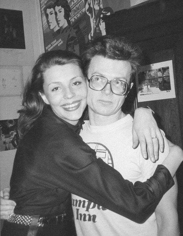 Певица Наталья Медведева и писатель Эдуард Лимонов в своей парижской квартире.Фотография: Александр Бородулин