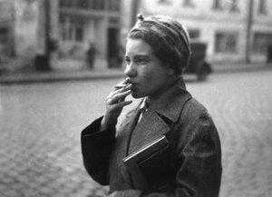 31. Москва. Курящая женщина с книгой подмышкой