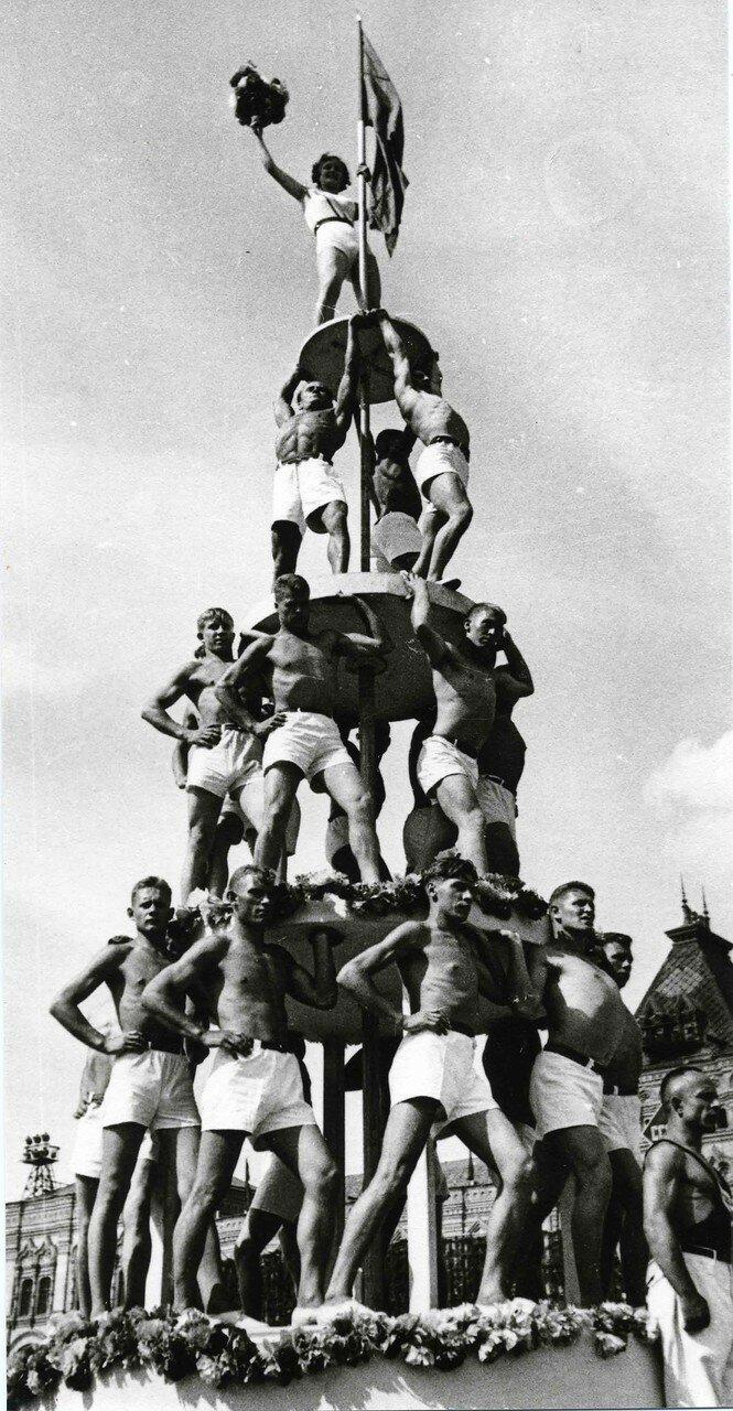 1935. Человеческая пирамида