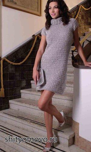 Жемчужно-серое платье, связанное спицами. Описание бесплатно