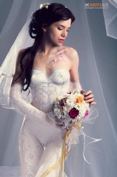 devushki-v-svadebnih-platyah-golie