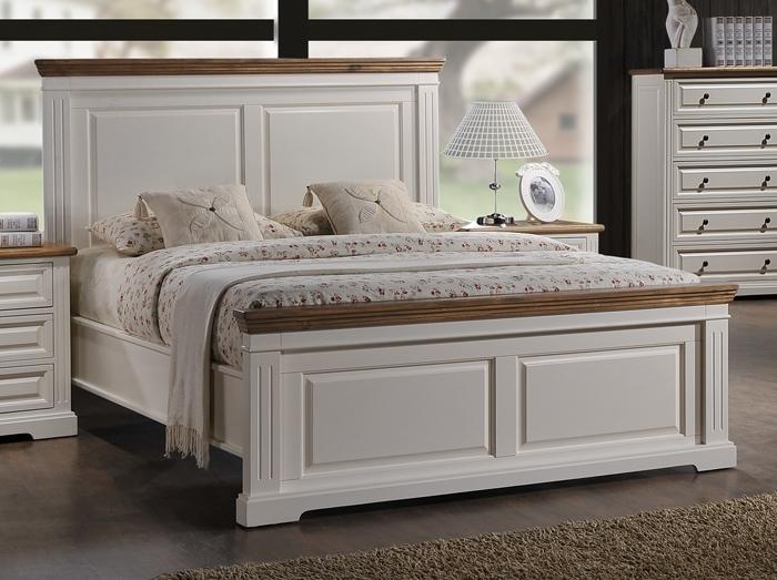 двуспальная белая кровать в серой комнате
