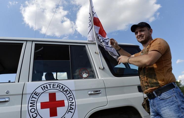 Автомобиль МККК сопровождающий колонну с гуманитарной помощью для жителей Донбасса