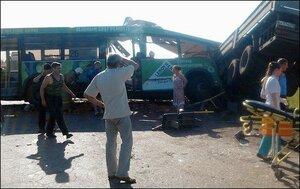 Автобус с пассажирами врезался в грузовик с кирпичами по дороге в Омск