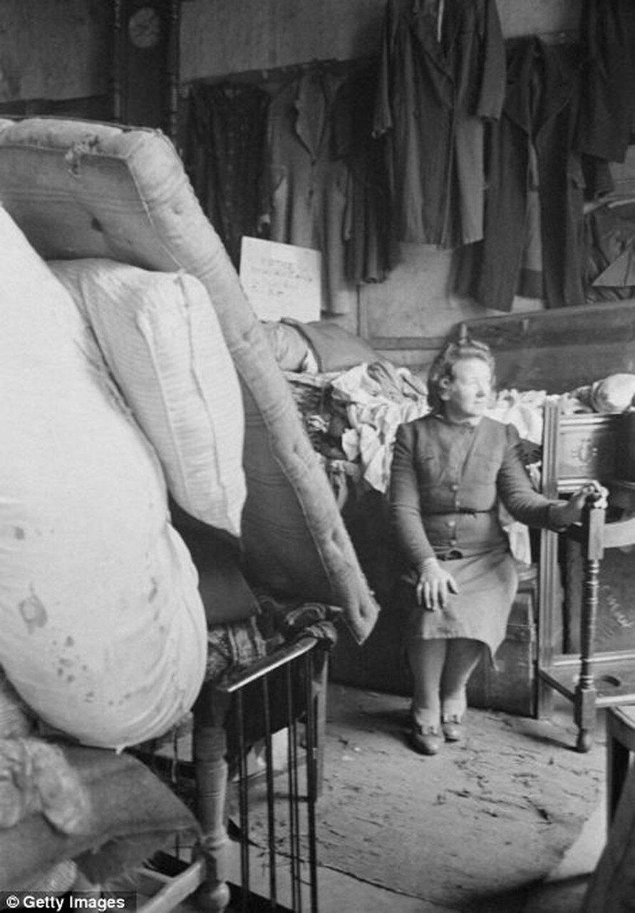 1940-е. Миссис Ланди в своей лавке старьевщика на Бедфорд -стрит. Горбалс, Глазго