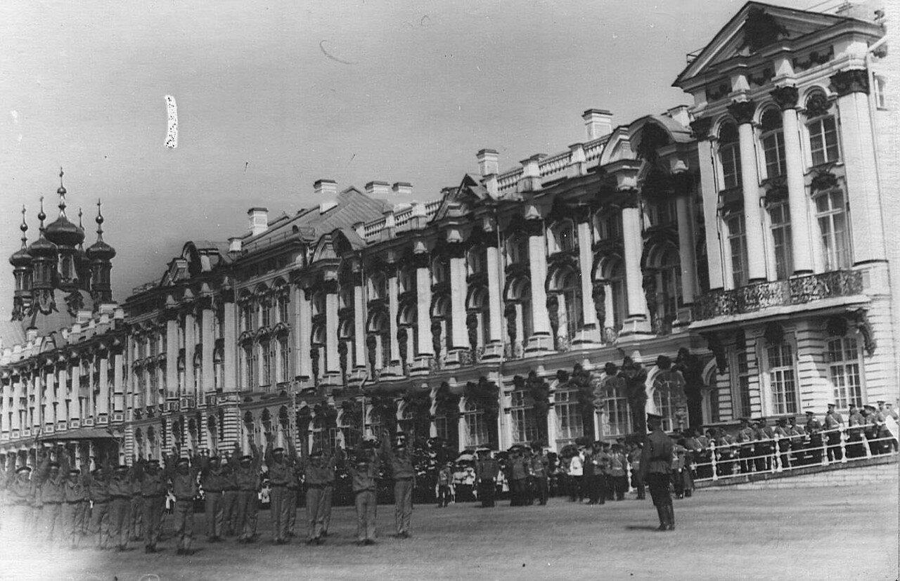11. Воспитанники исполняют гимнастические упражнения на площади перед Екатерининским дворцом