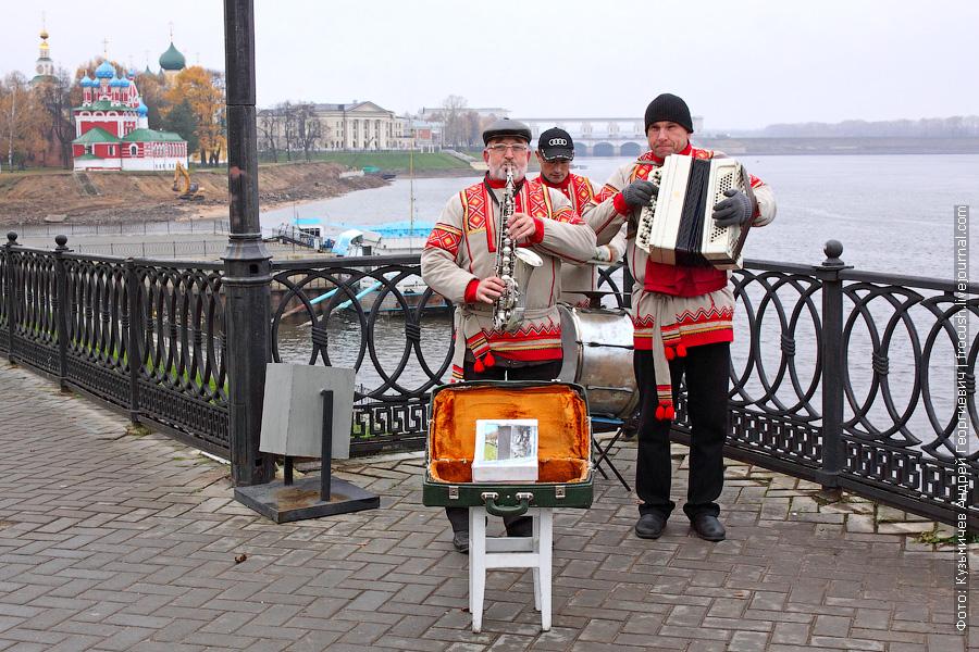 музыканты на причале Углича