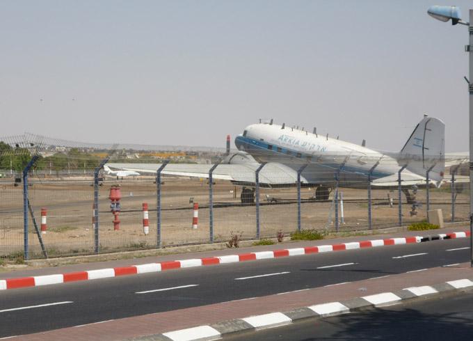 Опоздавшие пассажиры догоняли воздушное судно по взлетной полосе