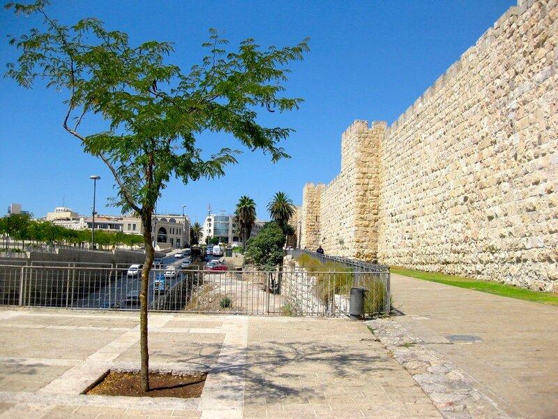Улица Яффо и крепостные стены Старого города Иерусалима