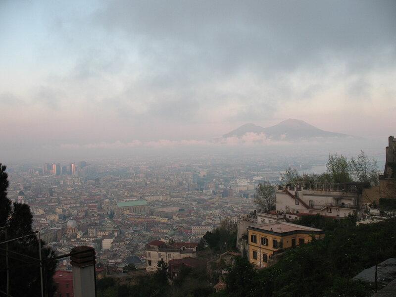 Неаполь примостился у подножия Везувия