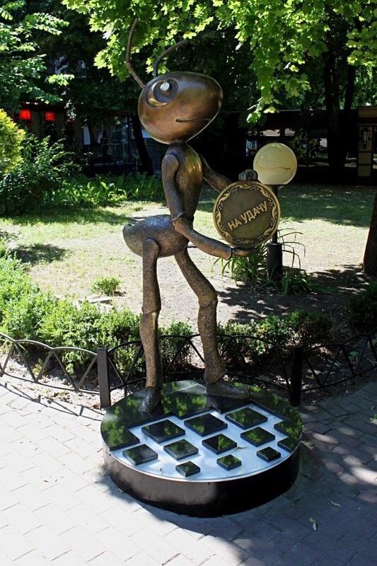 памятник киев муравей