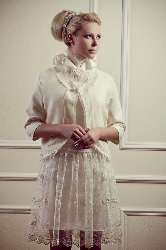 Платье из гипюра и жакет из шерсти в