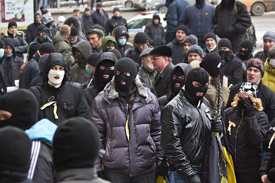 Жены в масках и толпой жесткого разрыва