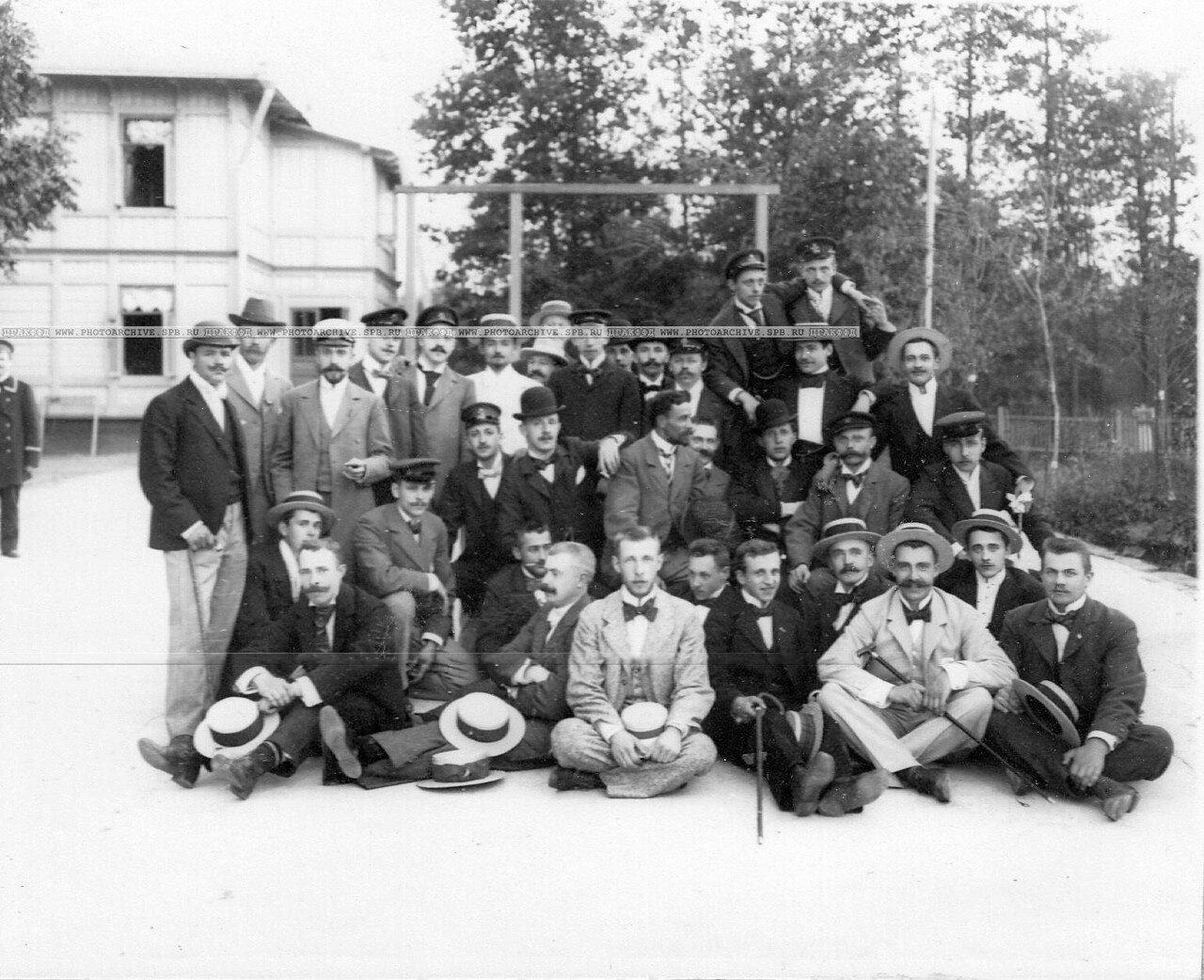 32. Группа членов яхт-клуба