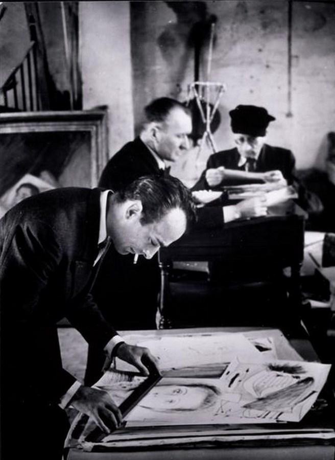 Хайме Сабартес, водитель и  Кристиан Зервос, измеряющий рисунки