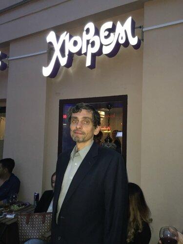 Андрей Травин на фоне кофейни Хюррем Султан