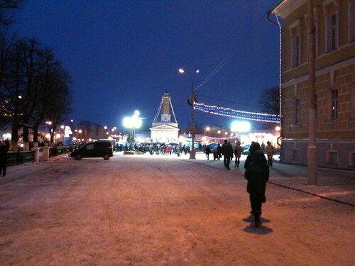Сусанинская площадь вечером от здания Администрации города