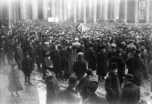 Группа участников манифестации с плакатами Скутари черногорцам и Крест на св. Софию на митинге у Казанского собора.