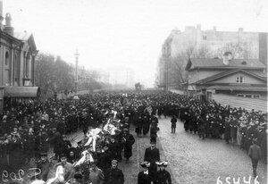 Демонстрация в связи с проводами гроба с телом князя С.Н.Трубецкого движется по Суворовскому проспекту.
