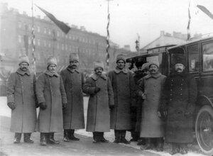 Группа придворных шоферов в зимней форме у автомобиля.