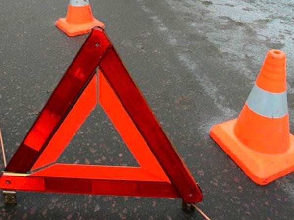 В Екатеринбурге автомобиль Suzuki сбил двух пешеходов на остановке и врезался в трамвай