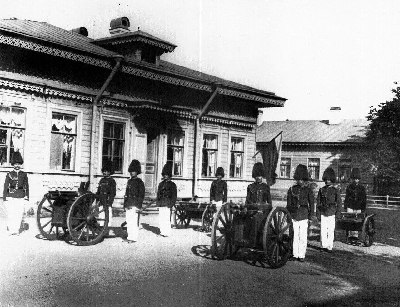 05. Солдаты у орудий, готовых к салюту