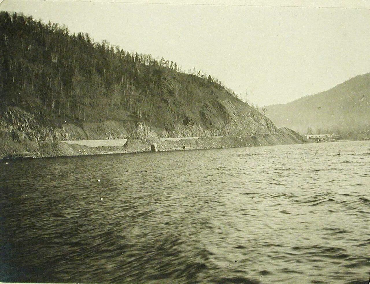 74. Вид на виадук на берегу озера(на 64-й версте Кругобайкальской железной дороги)